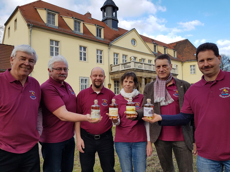 Whiskyfreunde vorm Schloss